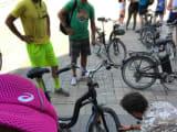 途中、参加者の自転車のパンクが判明。速攻で修理!すごい。