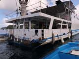 スピードボートとクルーズ船