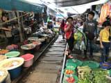 歩いて、市場の中まで入ることができます。