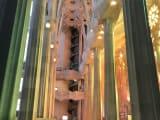 ステンドグラスの色が白い柱に反射して、まるで虹のよう。