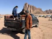 荷台に乗って、ワディラム砂漠を駆け抜けます