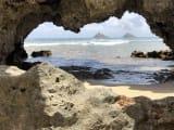 フラットアイランドの岩間から見える双子島