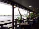 滝観光の前に、イグアス川を眺めながらランチ