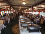 船内の様子です。真中がビュッフェの台です。