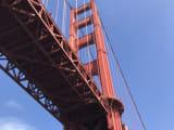 下から見上げるゴールデンゲートブリッジ