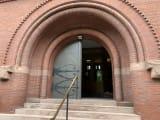 ハーバード大学のこの建物の入り口には秘密が…