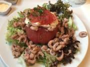 バウチャーの前菜、小さな海老?トマト