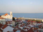 アルファマからのリスボン市街と海