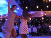 各国の音楽に合わせて参加者がダンス