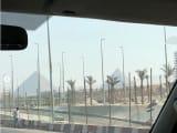 向かう途中で町からすでに見えてきたピラミッド