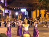 ショーの前に野外スペースで開催されるタイ舞踊。