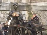 待ち合わせ場所のモリー・マローン像