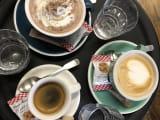 オシャレなカフェでコーヒー休憩